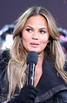 Chrissy-Teigen-New-Years-Eve-with-Carson-Daly-in-New-York-City-Image12